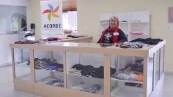 Associação Acorde promove bazar com peças novas de grandes marcas a partir de R$10