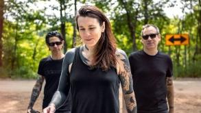 Laura Jane Grace mostra ao Brasil seu projeto paralelo ao Against Me!