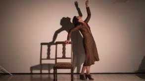 """[Teatro] Monólogo """"Alice – Retrato de Mulher que Cozinha ao Fundo"""""""
