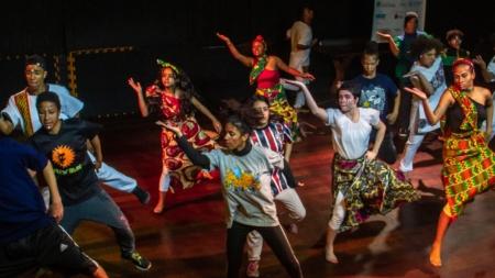 Adolescentes de projeto social apresentam espetáculo sobre a história da dança
