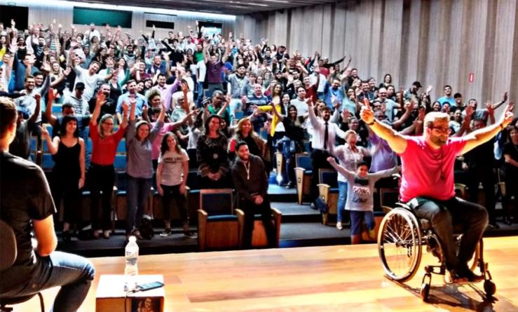 Humorista leva reflexões sobre acessibilidade e pessoas com deficiência