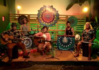 PEU & AôA se apresentam gratuitamente na Vila Madalena