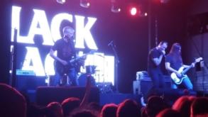 Ícone do punk rock, Black Flag faz show direto, reto e cru no Carioca Club