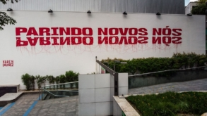 """Instalação """"Parindo novos nós"""" no SESC Pinheiros traz questionamento de como vivemos em sociedade"""
