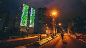 Fachadas de prédios no Minhocão recebem projeções da insurreição feminina