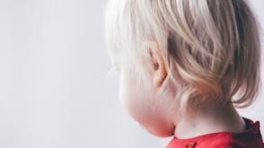 Aulas presenciais: desatenção de crianças pode ser causada por problemas no ouvido